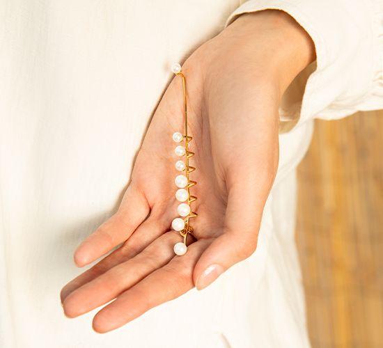 Pearls - nausznica prawa pozłacana z perłą na sztyfcie