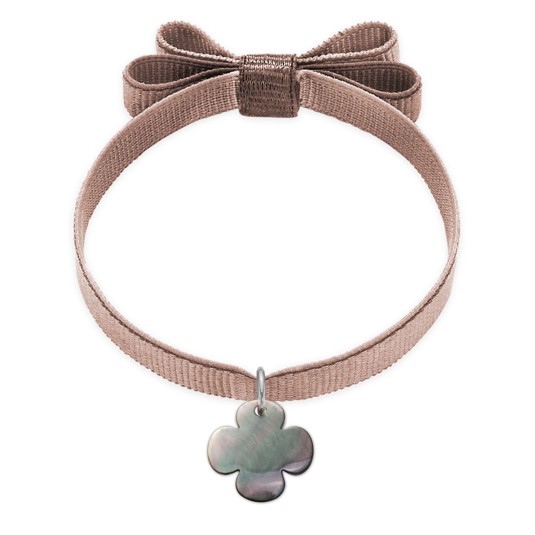 Bransoletka z okrągłą koniczynką z ciemnej masy perłowej na beżowej wstążce z podwójną kokardką