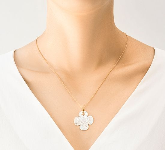 Naszyjnik z okrągłą koniczynką z masy perłowej na pozłacanym cienkim klasycznym łańcuszku