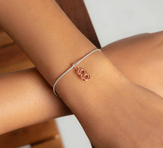 Bransoletka NADZIEJA z cyfrą 8, różowe pozłocenie, na cienkim perłowym sznurku