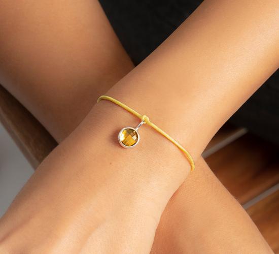 Bransoletka z posrebrzaną zawieszką z żółtym kwarcem na cienkim żółtym sznurku
