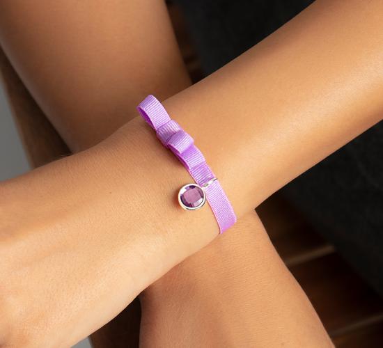 Bransoletka z posrebrzaną zawieszką z fioletowym kwarcem na lawendowej wstążce z podwójną kokardką
